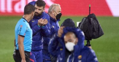 'Let me speak!' - Furious Pique confronts referee after Barcelona lose Clasico to Real Madrid